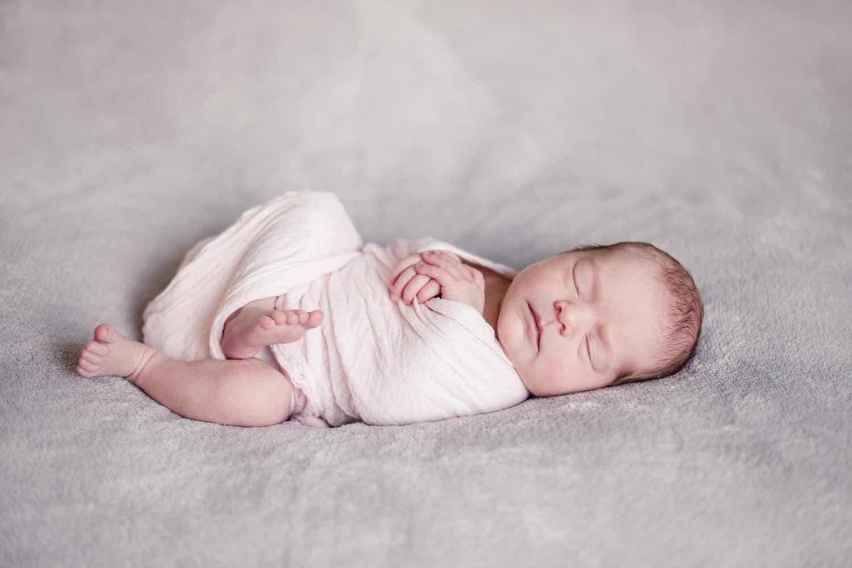 photographe bébé bordeaux, nouveau né emmailloté, rose pale, blush, photos lumineuses