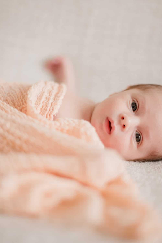 photographie de bébé naturelle et lumineuse, séance photo à domicile naissance à Bordeaux