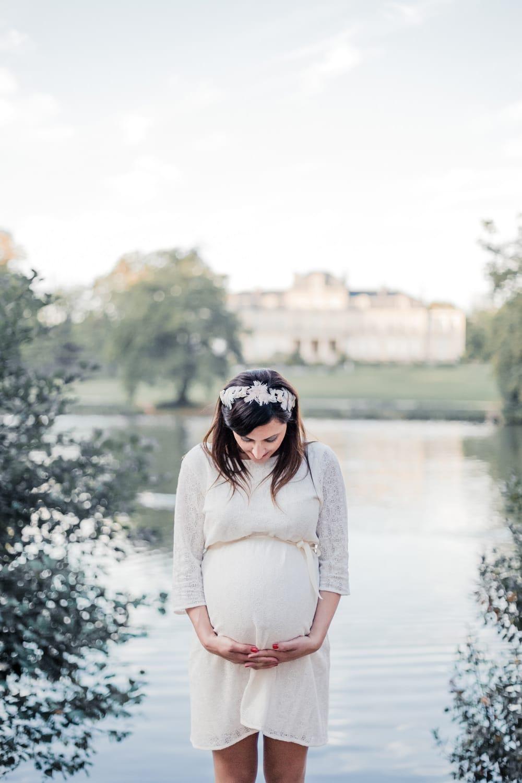photographe grossesse à Bordeaux, séance photo maternité, future maman robe blanche de grossesse