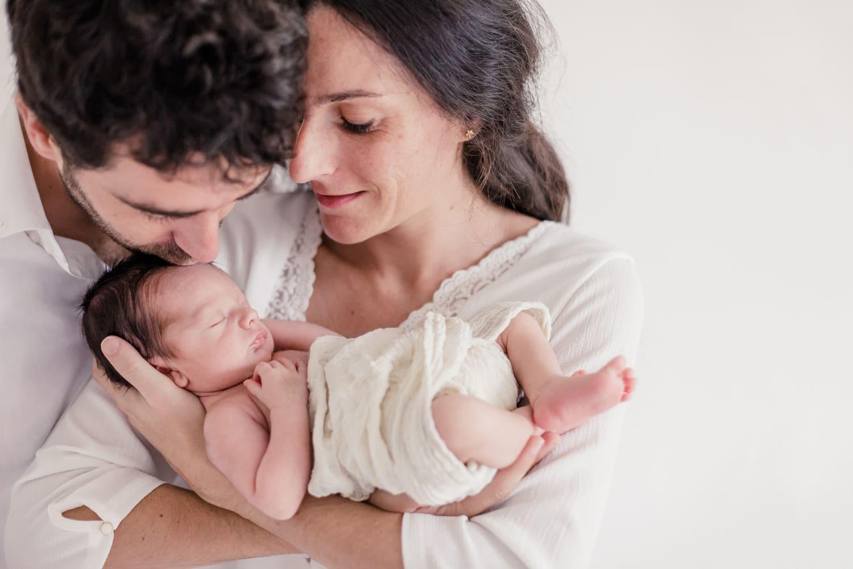 photo de famille avec bébé, photographe bordeaux de nouveau-né