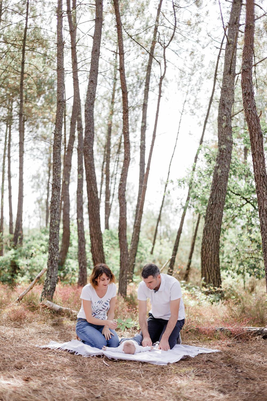 Séance photo en famille avec bébé de 3 mois, dans une forêt à Bordeaux