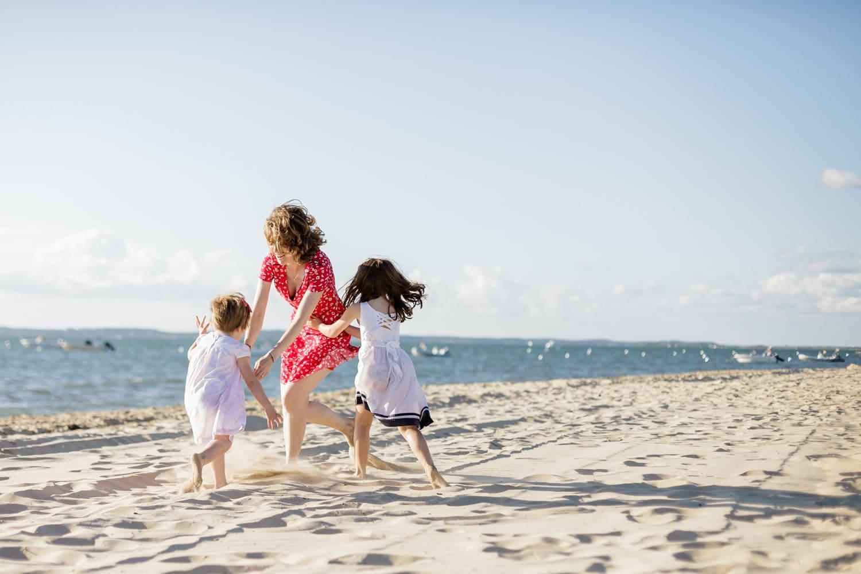 shooting famille, séance photo mère-filles sur la plage, à Arcachon ou Cap Ferret