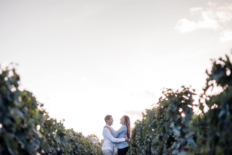 séance photo grossesse en couple dans les vignes, à Saint Emilion, à la golden hour