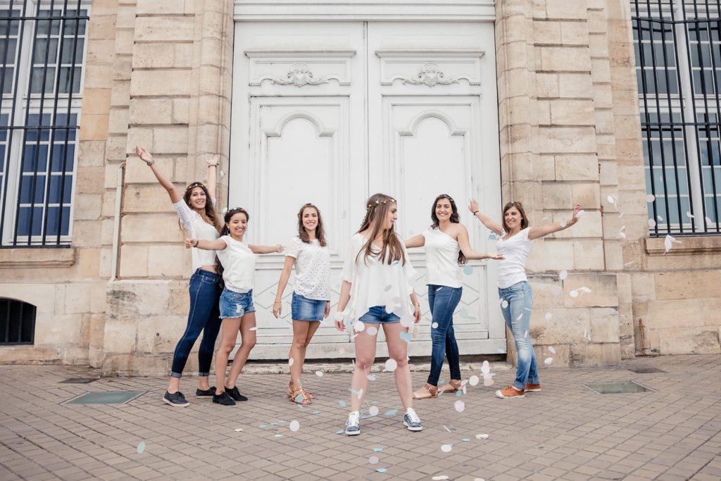 idée pour une séance photo à Bordeaux pour un EVJF avec une photographe : lancer de confettis