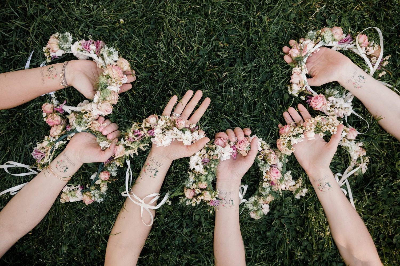 idées pour un EVJF : séance photo à Bordeaux avec des couronnes de fleurs