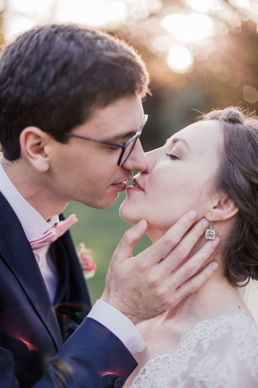 Photographe de mariage à Bordeaux : couple d'amoureux qui s'embrassent avec beaucoup d'émotion lors d'un mariage en France, à Bordeaux ou au Pays Basque ou en Dordogne