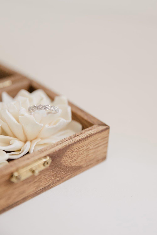 Photographe de détails : boite à alliances de mariage, à Bordeaux, dans les landes ou en dordogne