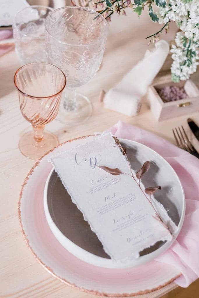 Photographe de détails de mariage : déco de table imaginée par la décoratrice de mariage Elle Imagine, avec des éléments rose blush, et cuivre rose gold