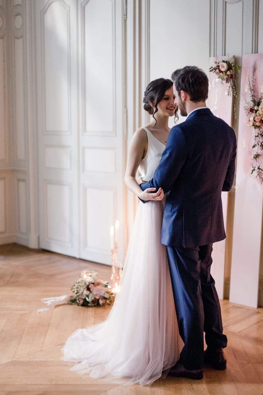 Photographe elopement dans un hôtel particulier en France, cérémonie laïque libre intimiste et romantique, couleur rose pale, blush, robe de mariée de créatrice Confidentiel création