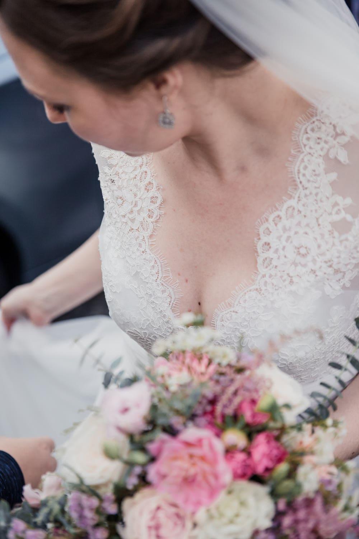 jolie décolleté de mariée photographe de mariage sensuel romantique à Bordeaux, au Pays Basque