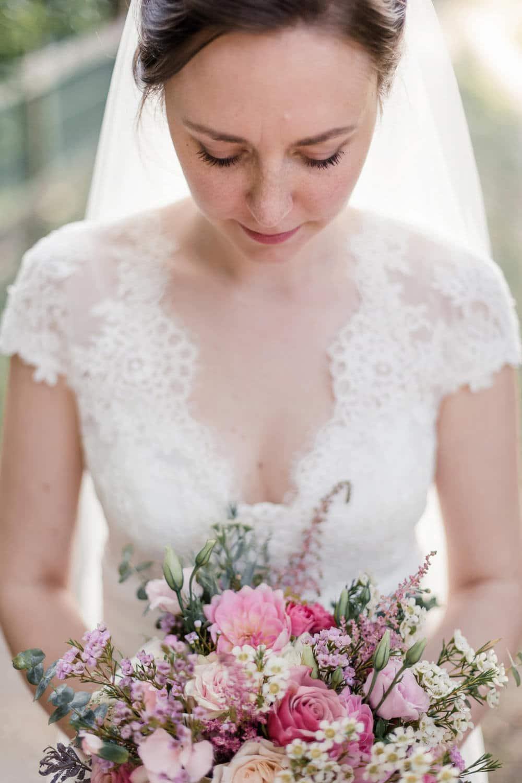 robe de mariée en dentelle et bouquet de mariage dans les tons rose pale, pastel, blush, réalisé par la fleuriste avril-mai, photographiés par la photographe de mariage
