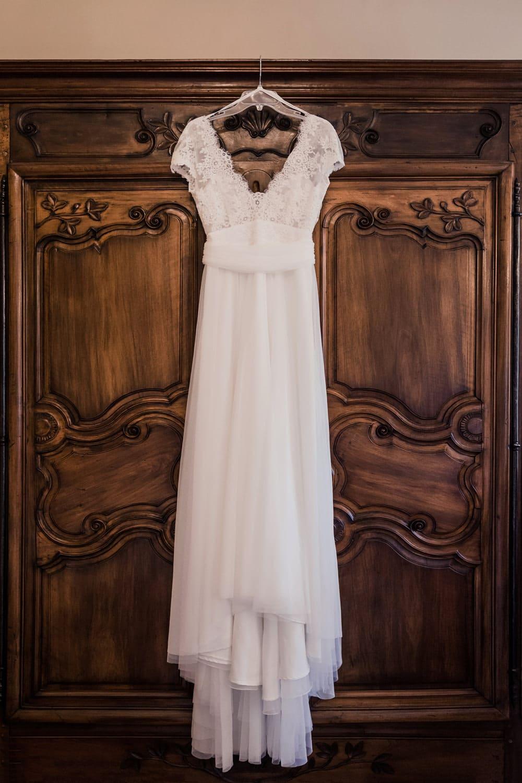 photographe robe de mariée suspendue cymbeline en dentelle