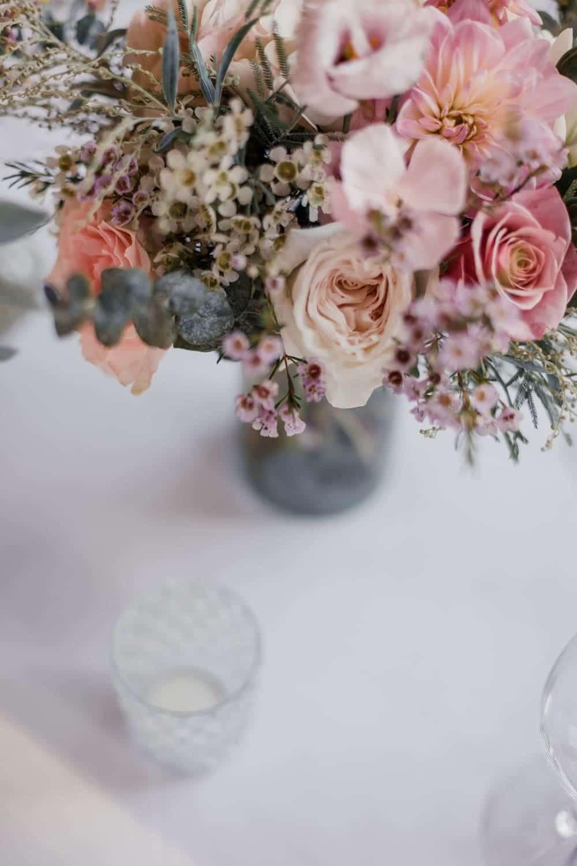 photographe de déco : décoration de table avec bouquet centre de table imaginés par la fleuriste Avril-Mai à Bordeaux