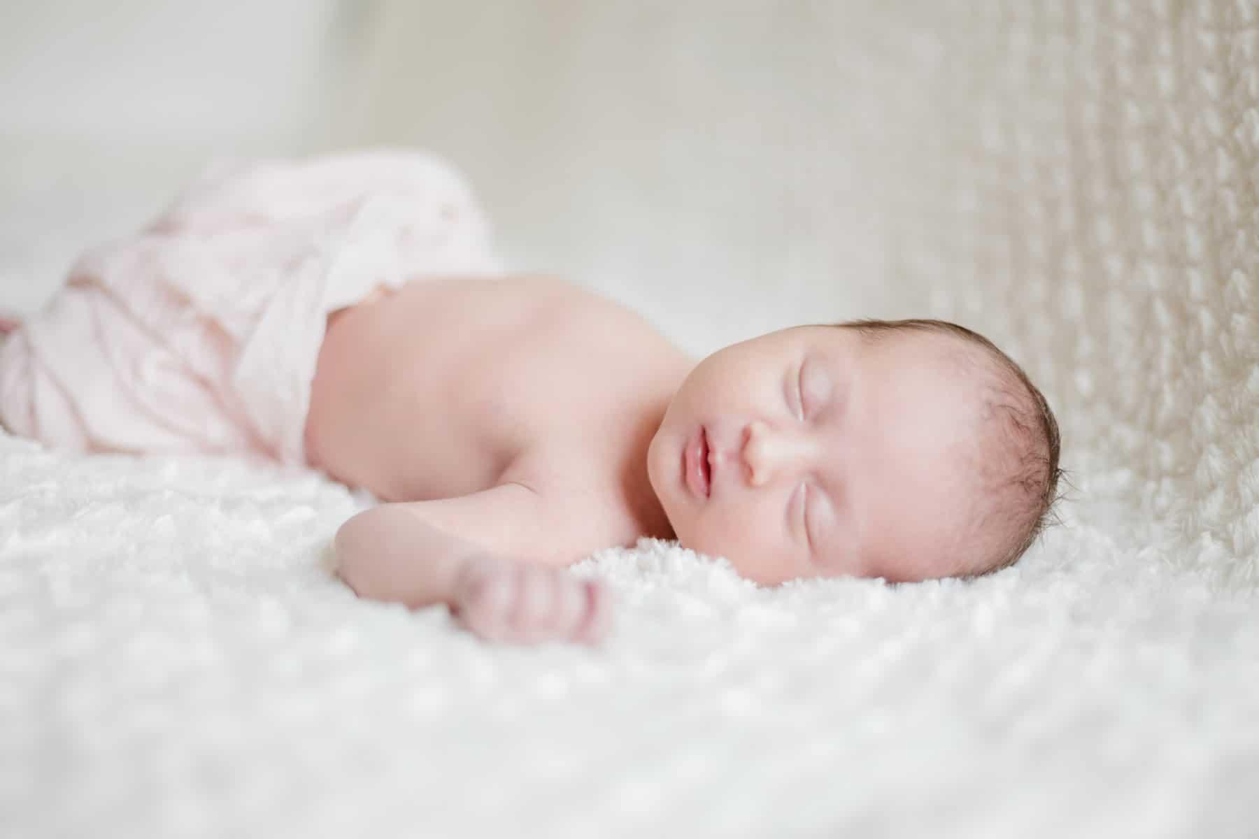 photographe bébé nouveau-né maternité bordeaux séance photo maison à domicile lifestyle fineart francais sarah miramon carla 03