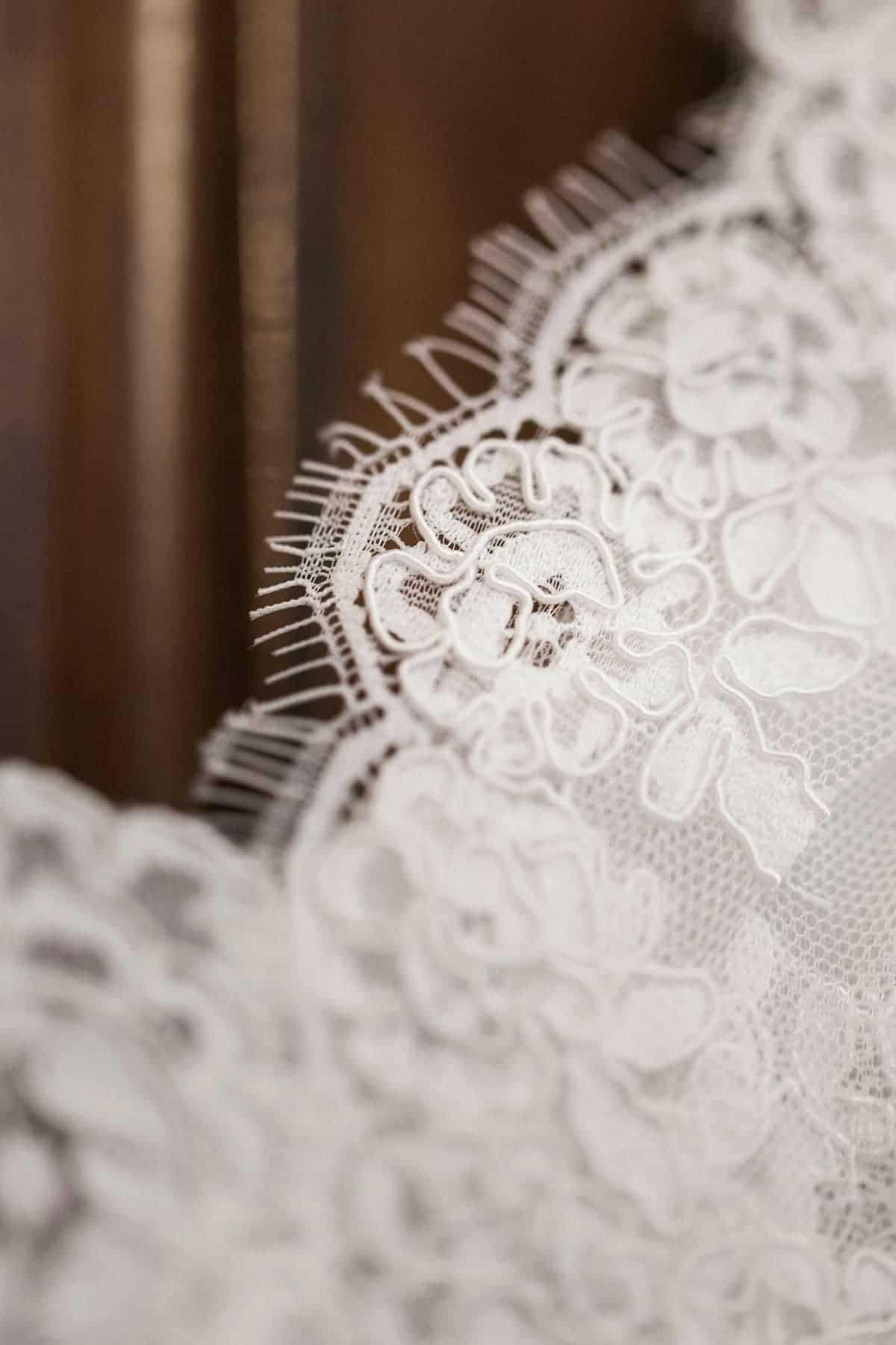 photo de détail : dentelle de robe de mariée cymbeline