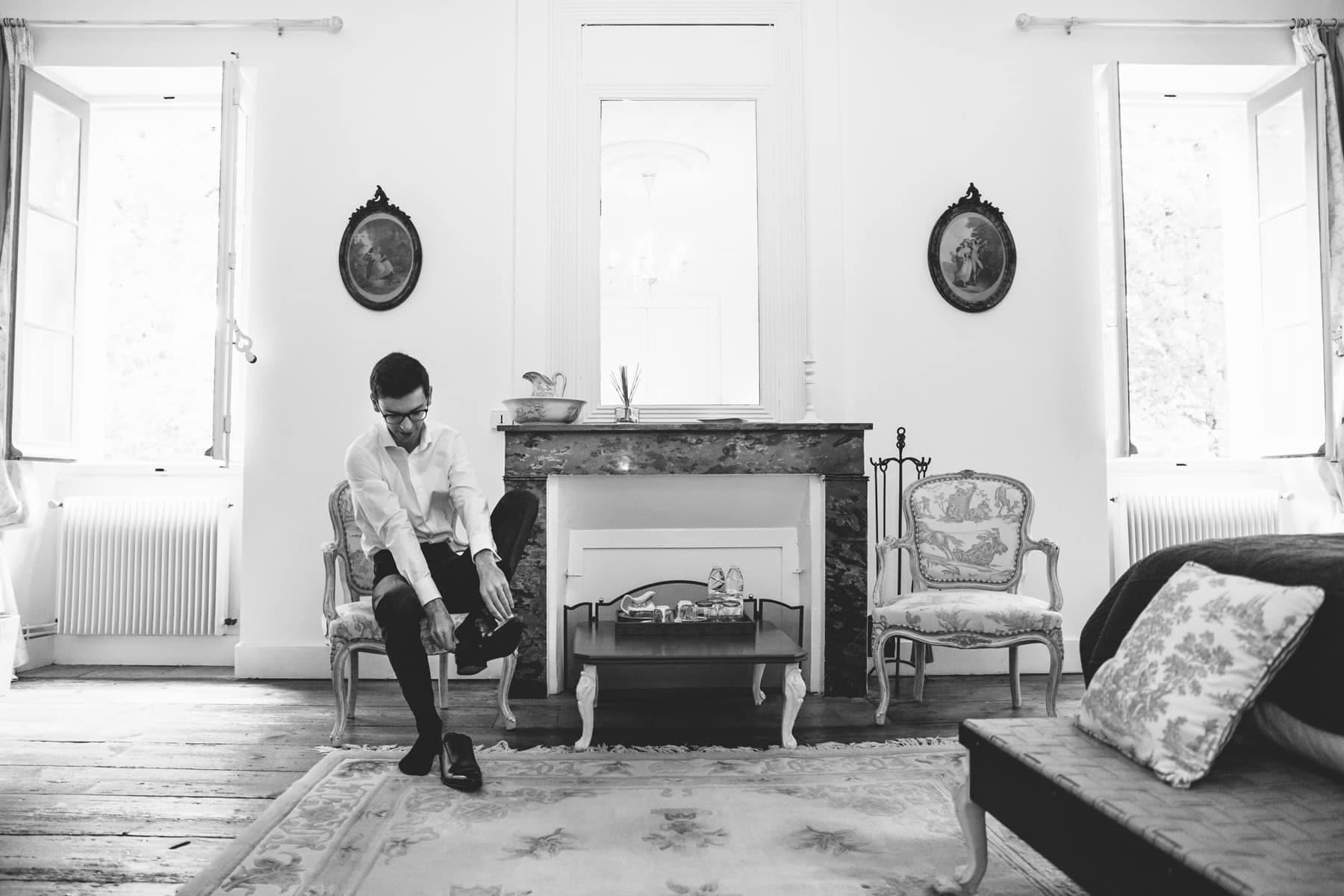 préparatifs du marié en noir et blanc au chateau de l'isle médoc près de Bordeaux pour un mariage intime