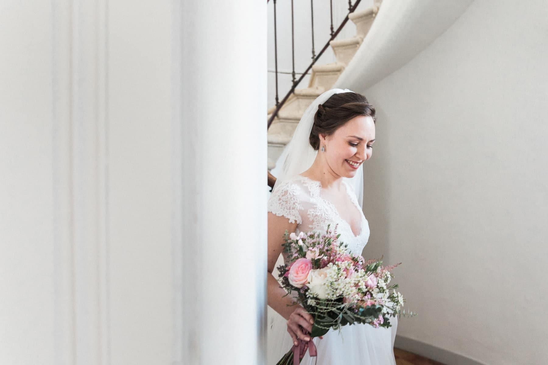 La mariée est prête, avec son sublime bouquet signé Avril-Mai, dans les tons rose pastel blush