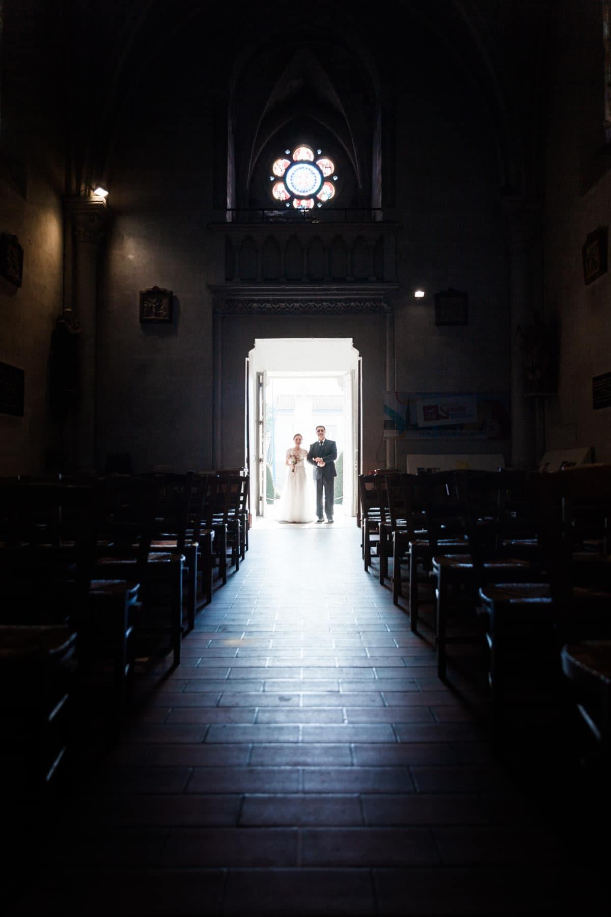 Photographe de mariage : entrée dans l'église de la mariée avec son papa