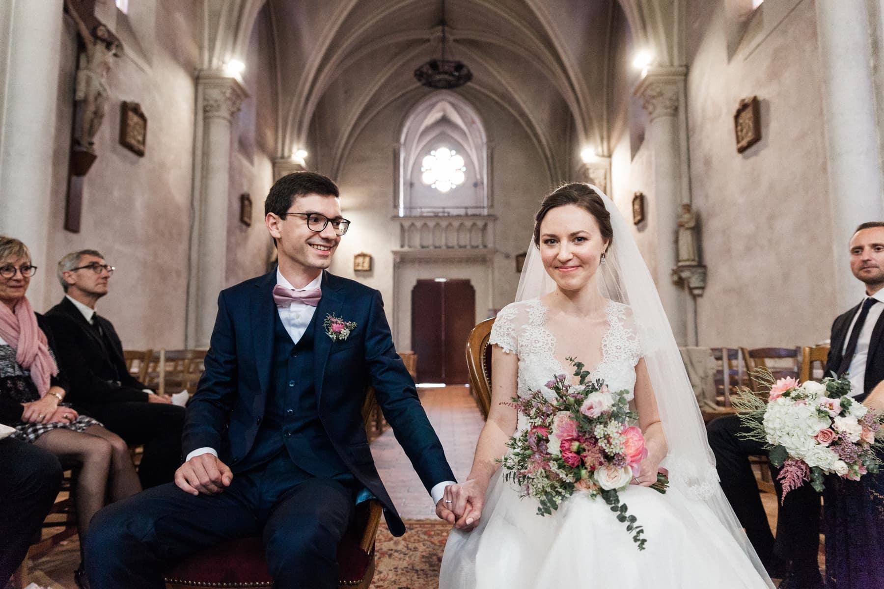 Photographe de mariage, les mariés sont heureux, à l'église à Saint d'Illac, près de Bordeaux