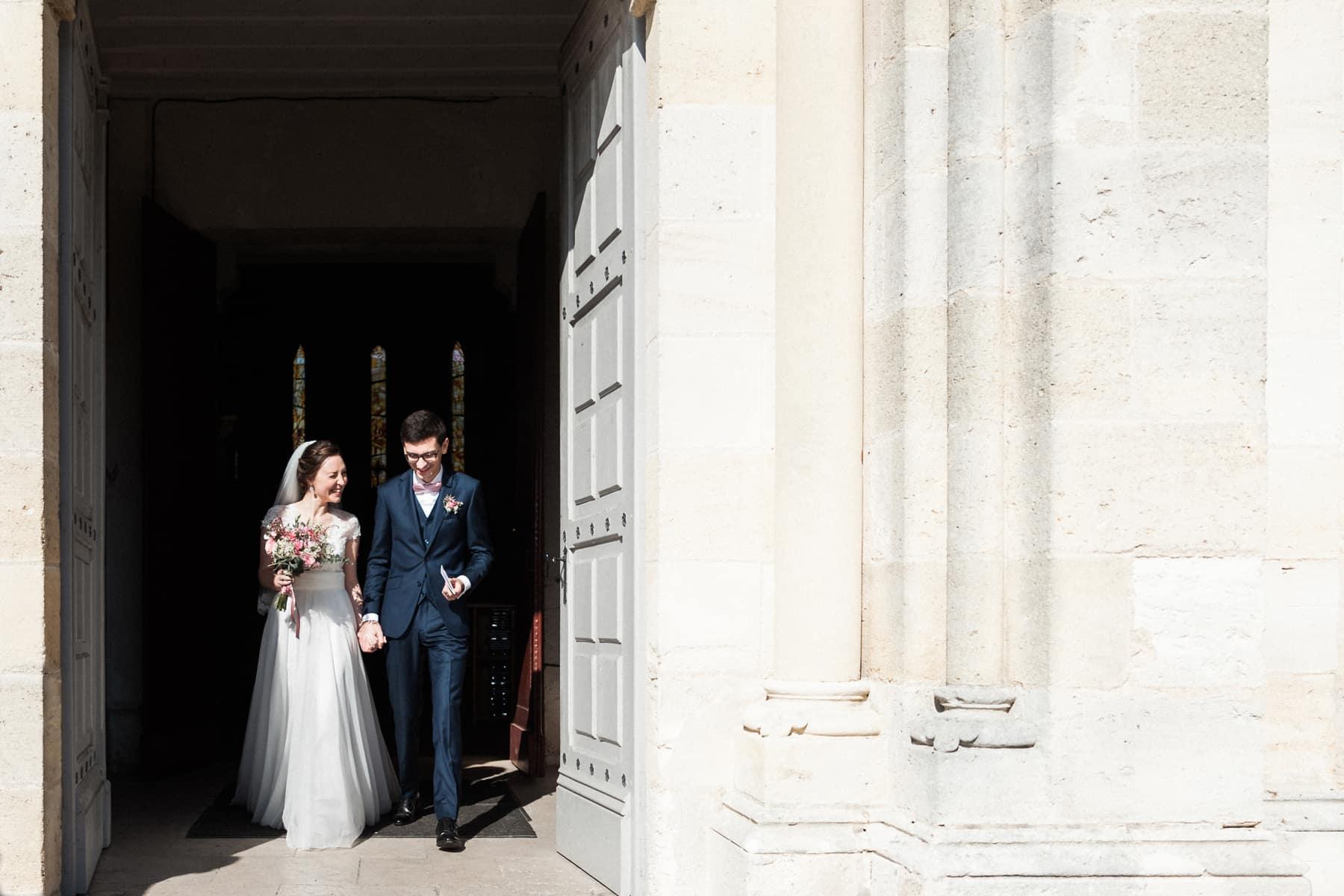 Sortie des mariés, confettis et paillettes, photographe de mariage à Bordeaux