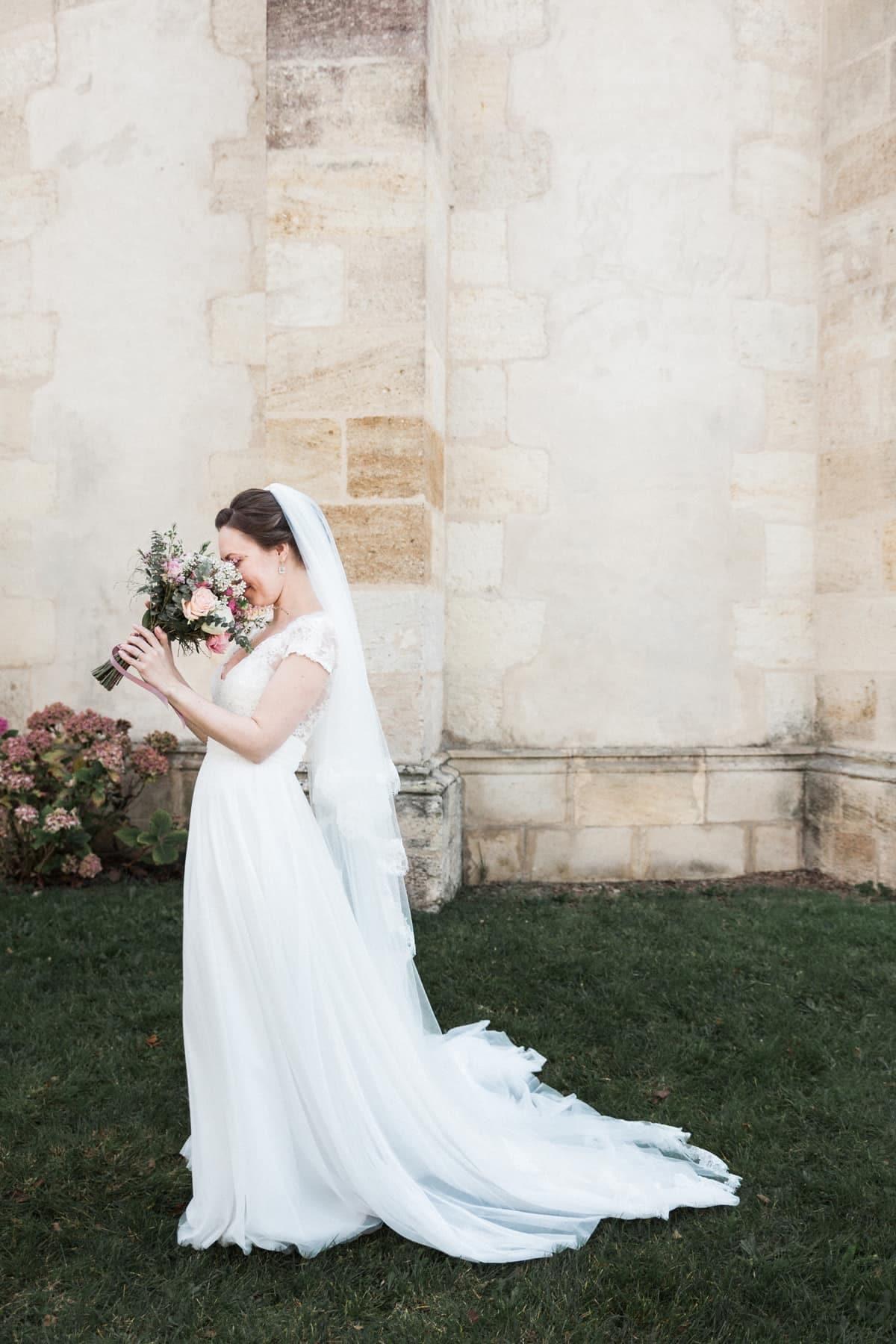 photo fun, la mariée renifle son bouquet de mariée, signé Avril-Mai, mariage blush à Bordeaux