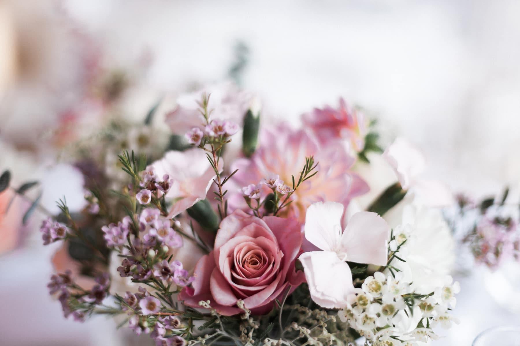centre de table rose blush pour un mariage french touch au château de l'isle médoc