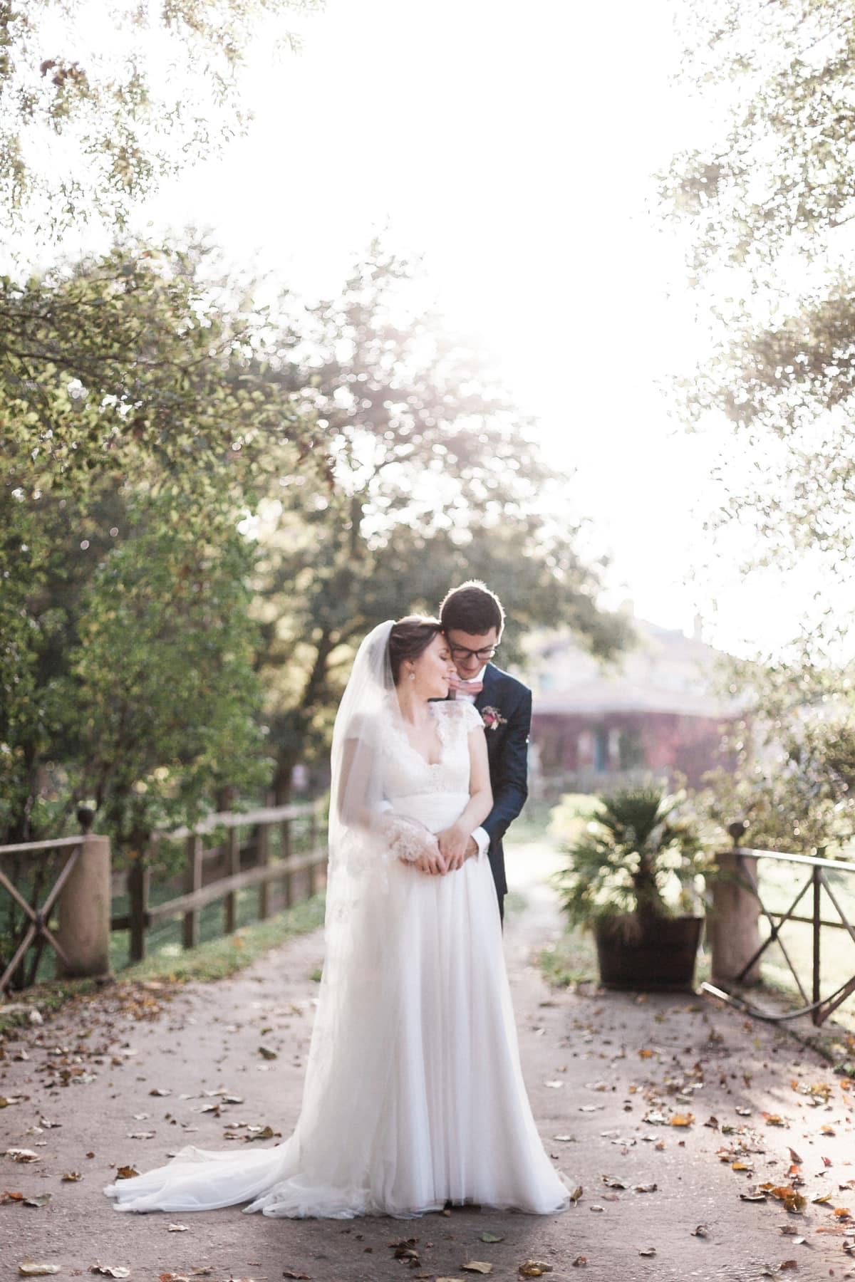 Photographe de mariage : photo de couple de mariés tendrement enlacés