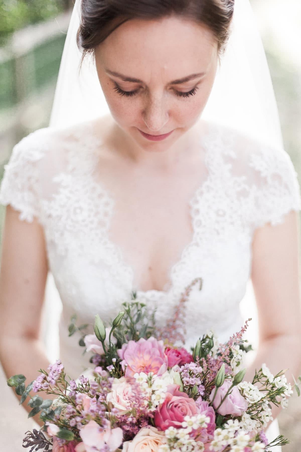 Portrait lumineux de mariée avec son bouquet rose blush signé Avril-Mai