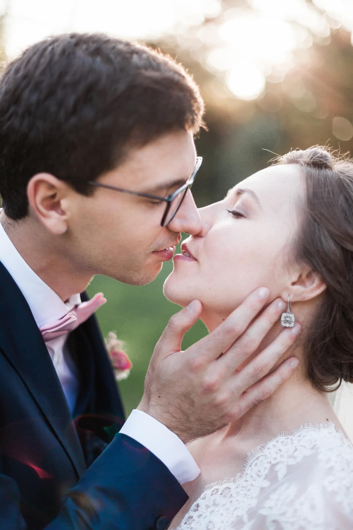 Photographe de mariage à Bordeaux : couple d'amoureux qui s'embrassent avec tendresse lors d'un mariage franco russe