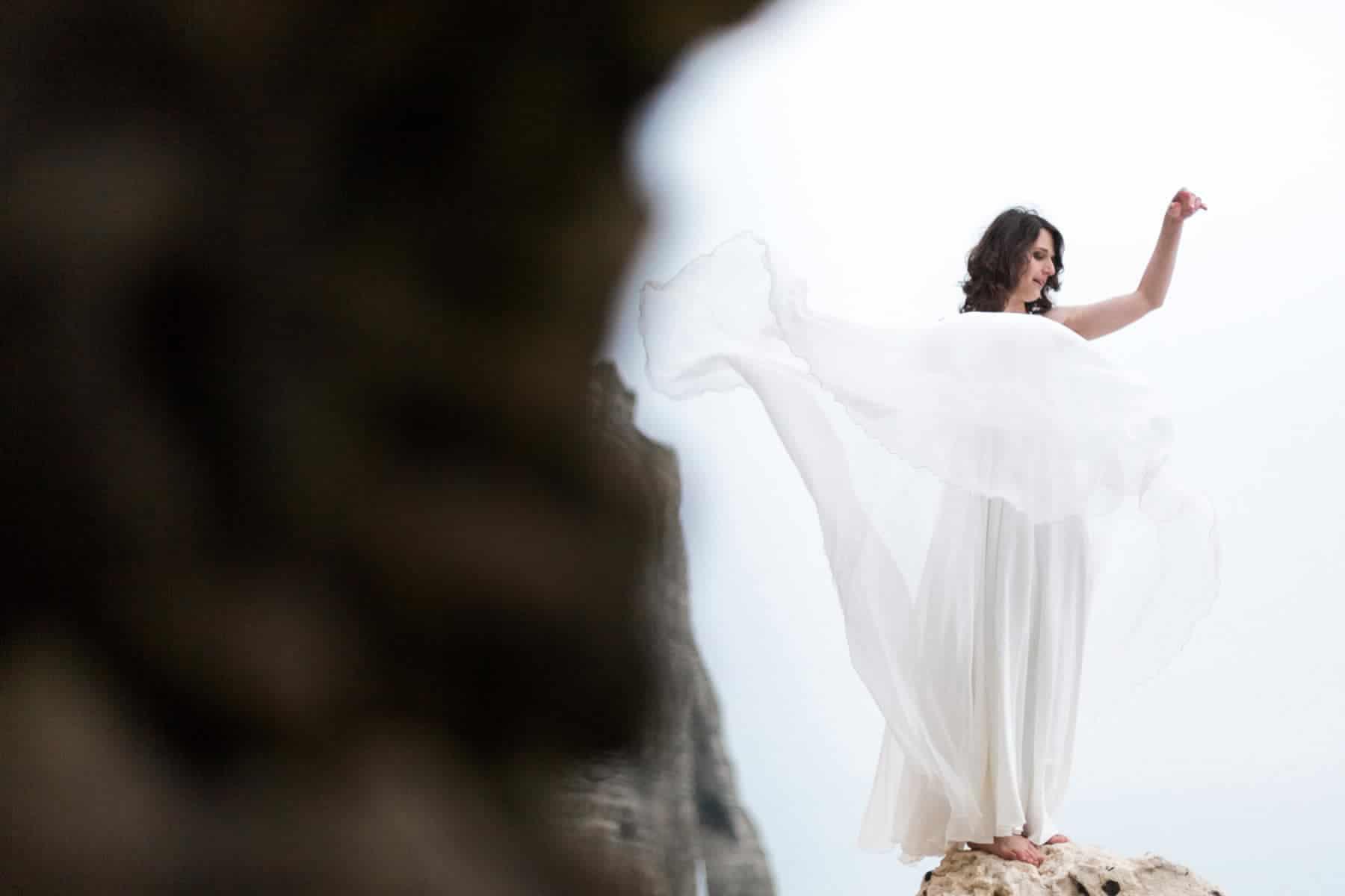 Etretat : mariée et robe qui vole