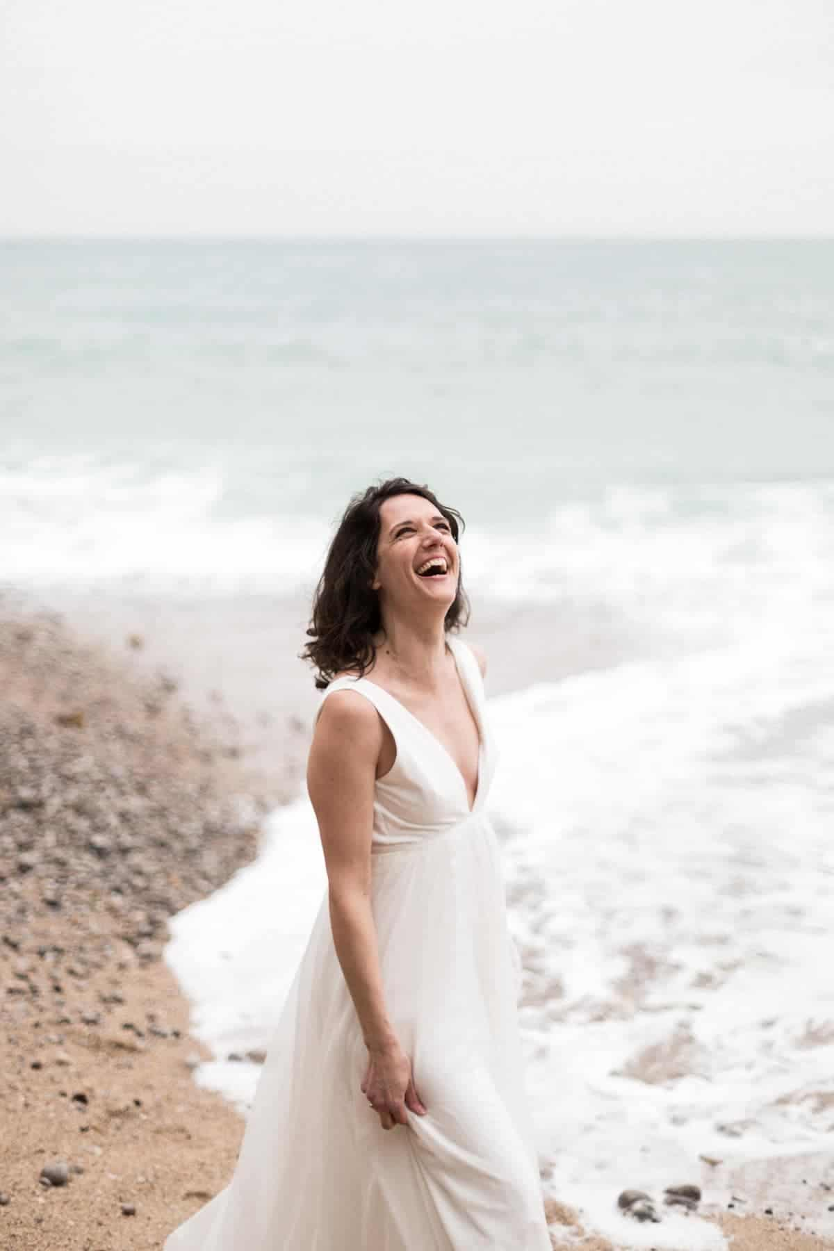 photo d'emotion, la mariée éclate de rire