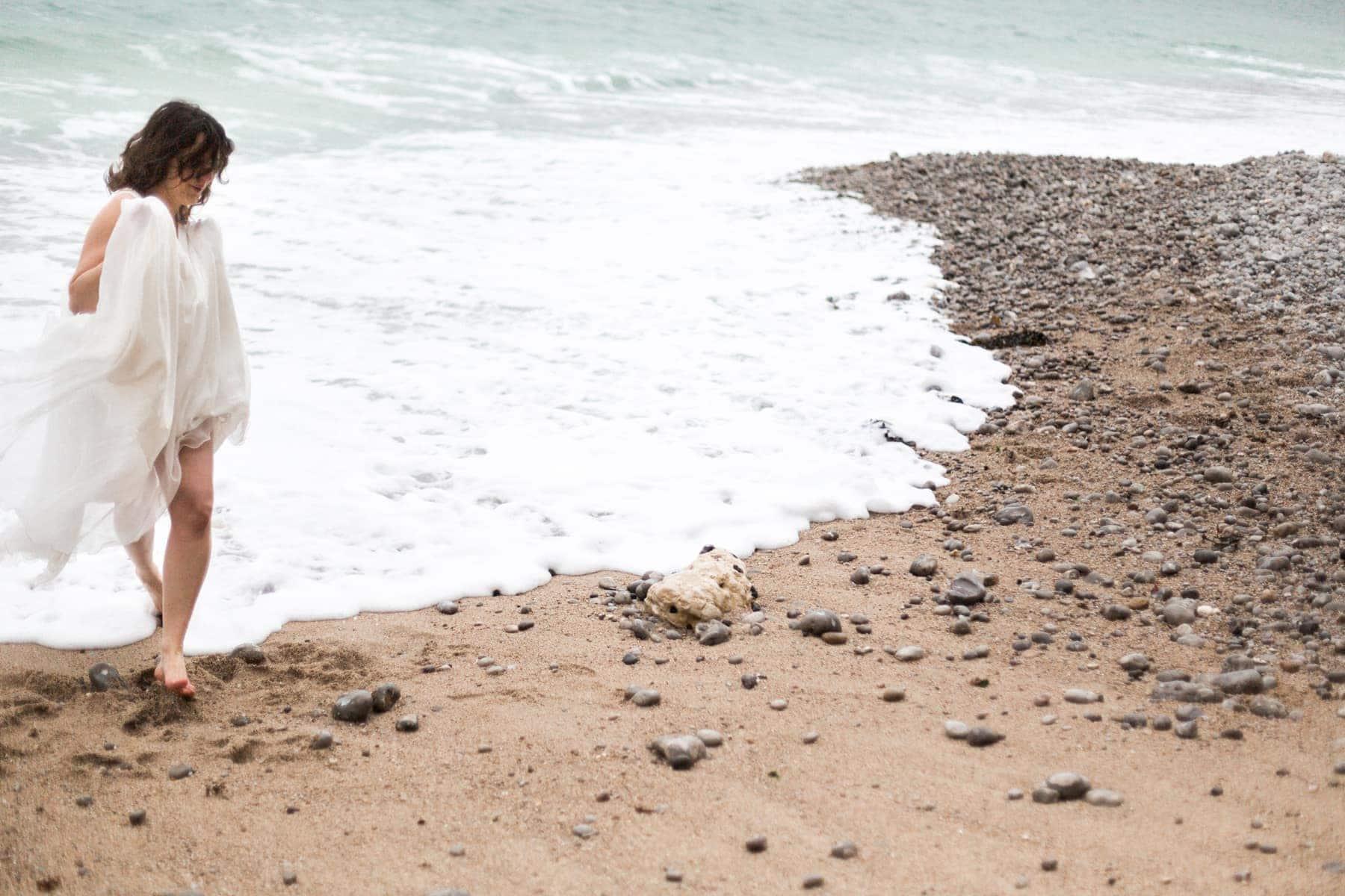 La mariée court dans l'eau, à la plage d'Etretat