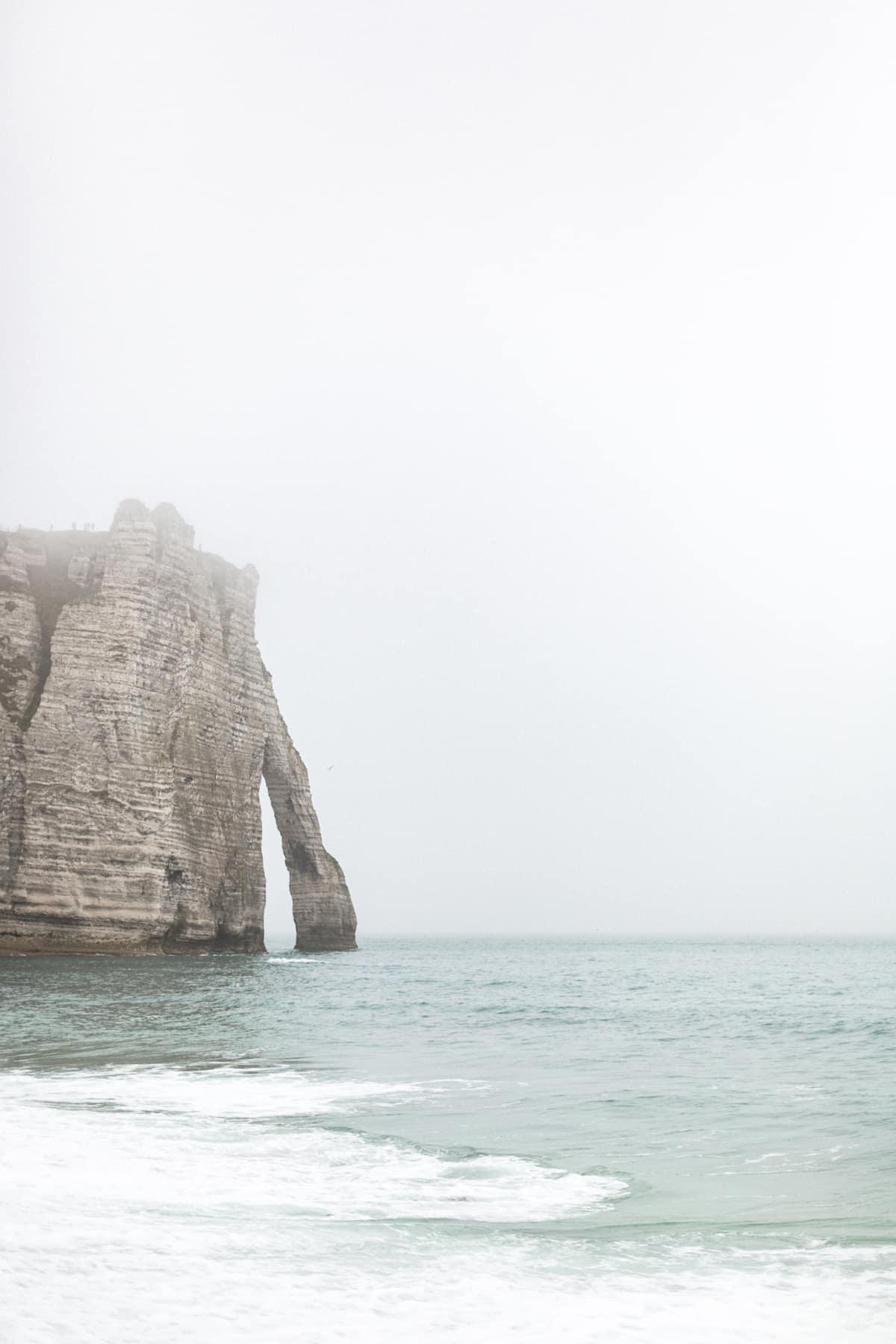 Les falaises d'Etretat avec la brume de Normandie