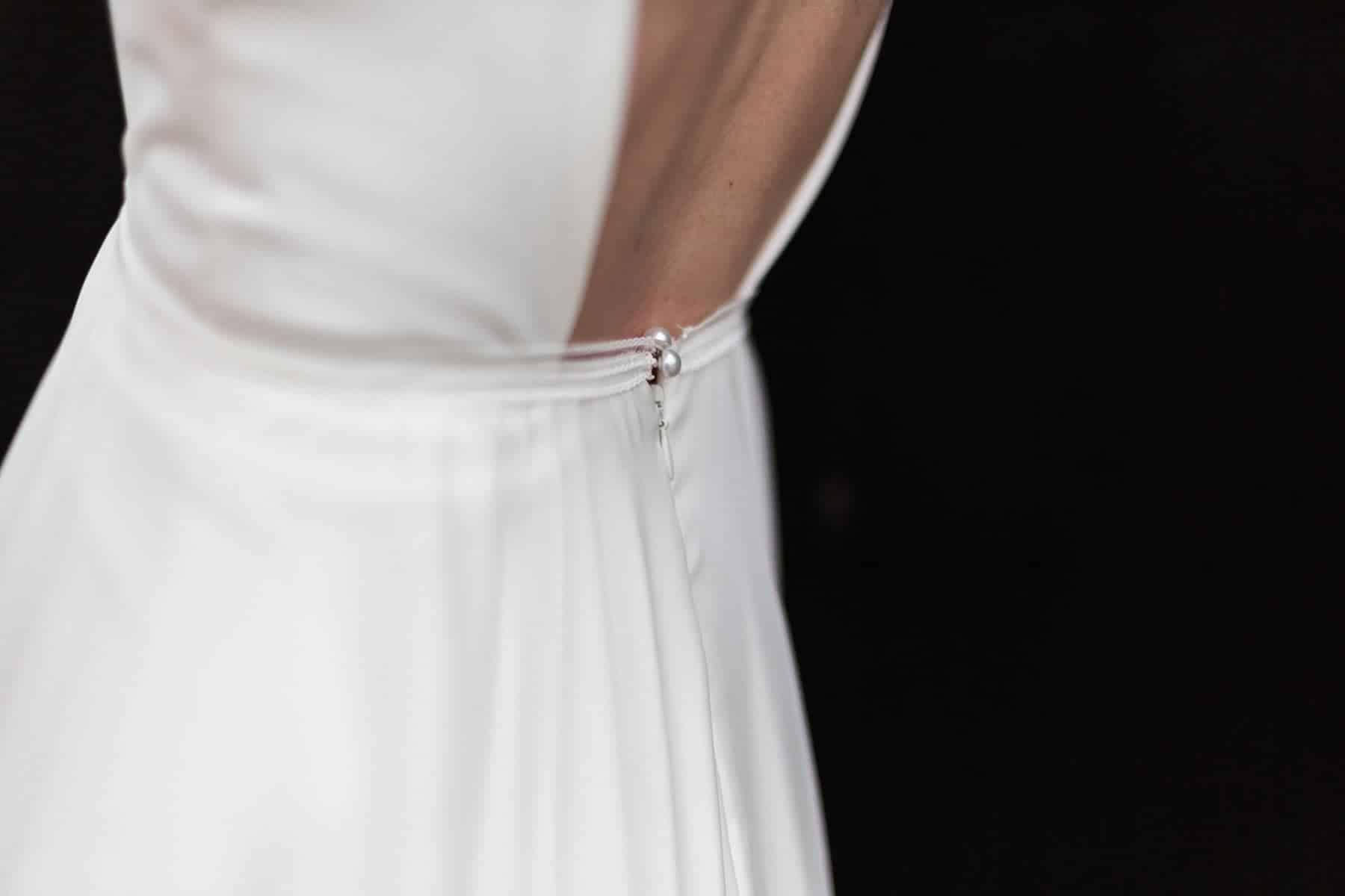 Detail finition créatrice de robe de mariée