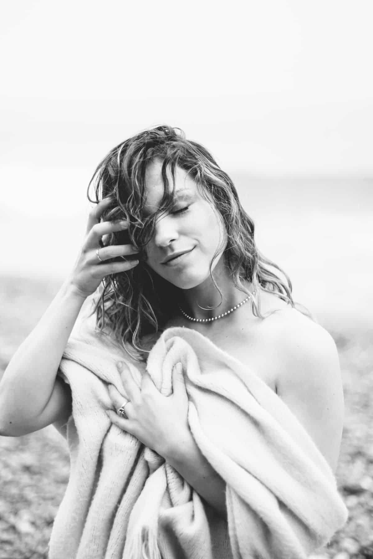 Portrait intime cheveux mouillés sous la pluie