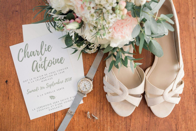 mise en scène de la papeterie, chaussures et bouquet de la mariée