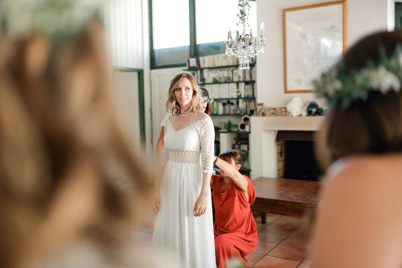 habillage de la mariée par sa maman