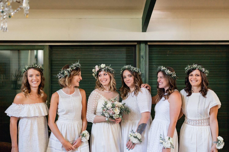 la mariée et ses témoins toutes en blanc
