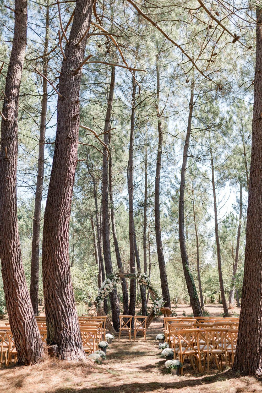 set up de la cérémonie laique au milieu des pins