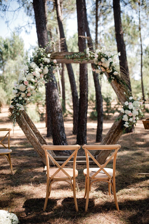 arche fleurie de la cérémonie laïque dans la forêt de pins