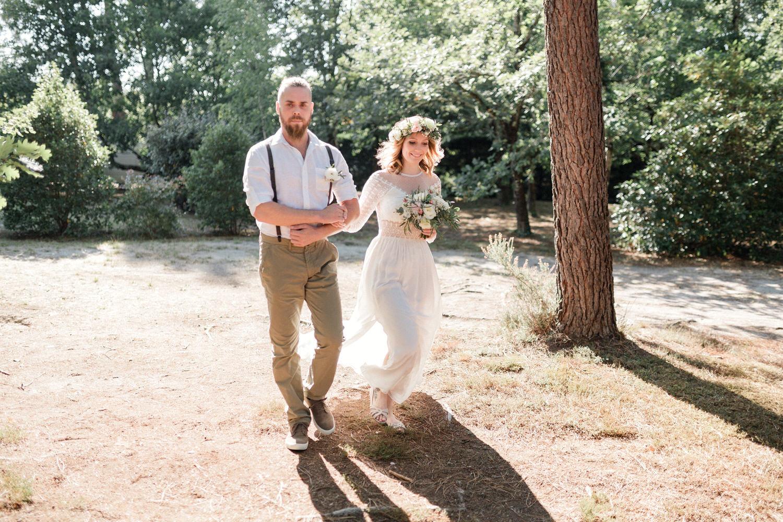 la mariée avec son frère pour le cortège de cérémonie laique