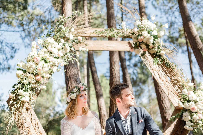 les mariés sous leur arche