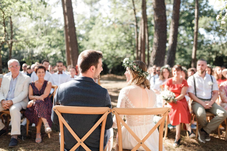 les mariés et leurs invités pendant la cérémonie laique