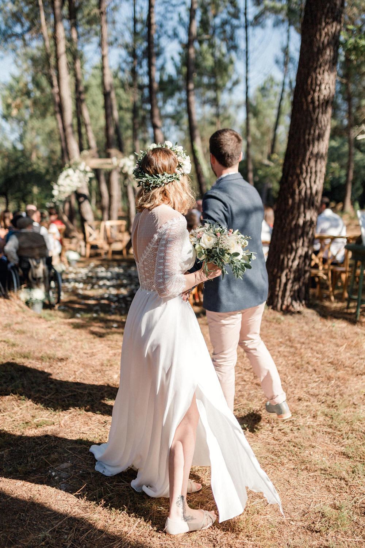 les mariés à la fin de leur cérémonie