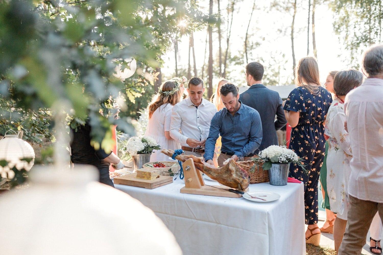 invités pendant le cocktail décontracté du mariage