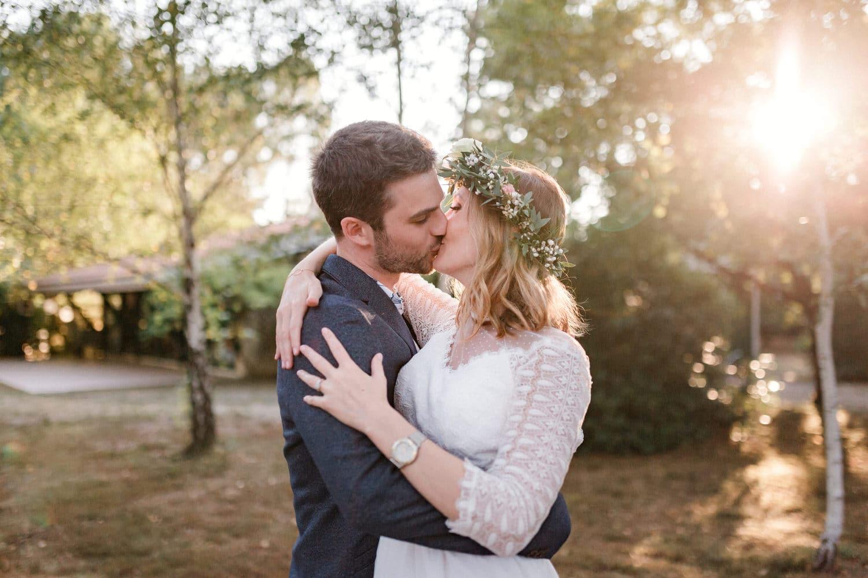 baiser amoureux des mariés
