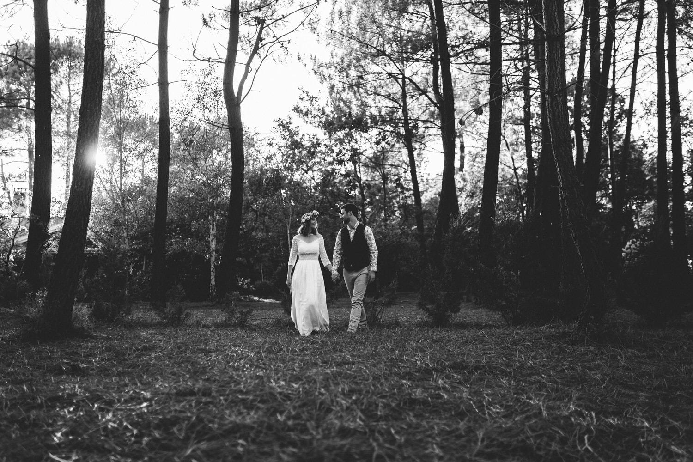 les mariés qui marchent