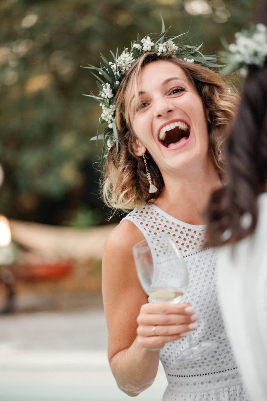 émotions et éclat de rire pendant le cocktail du mariage