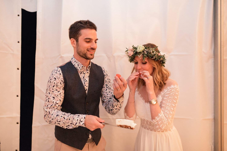 les mariés et la découpe du wedding cake