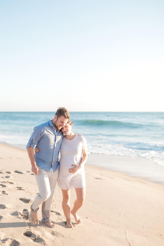 moment calin en marchant dans le sable sur la plage du Cap Ferret